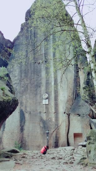 Der monumentale Felsen mit der Plakette
