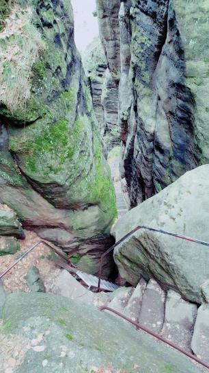 Einer der Wege zwischen den Felsen