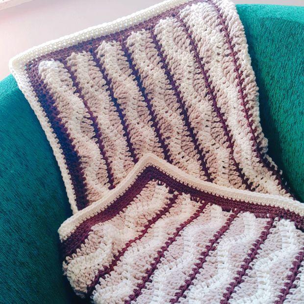 Gehäkelte Baby-Decke im Wellen-Design