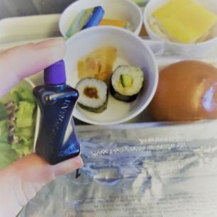 Mini-Soja-Soße im Vordergrund, im Hintergrund Sushi, Salat, Brötchen, Zitronenkuchen und unter der Alufolie verstecktes Hauptgericht. :P