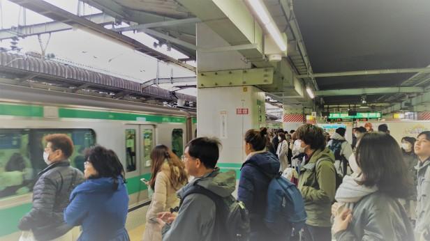 Ordentliches Schlangestehen, um in den Zug einzusteigen