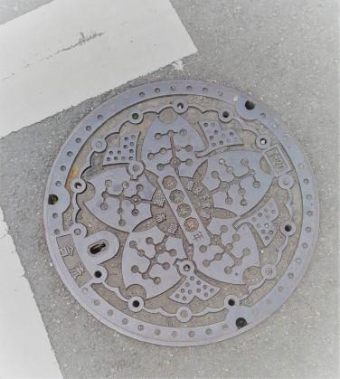 Gullideckel mit Kirschblüten-Design