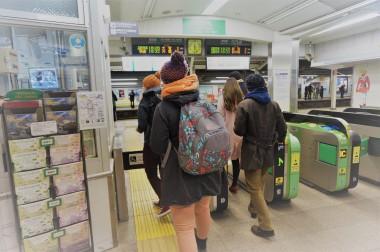 JR-Pass-Besitzer immer zum Schalter - hier links
