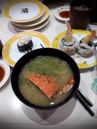 Die Miso-Suppe mit halber Krabbe und weitere Sushi-Variationen