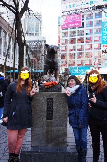 Wir und Hachiko ... und zwei Katzen.