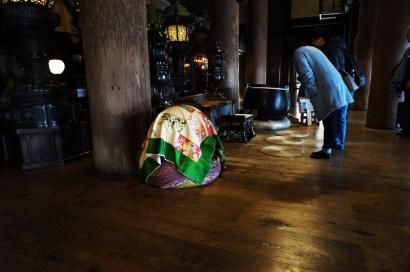 betende Japaner vorm Altar in der Haupthalle