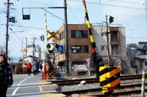 Direkt vorm Bahnübergang liegt das Katzen-Café Neko Café TIME