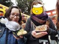 Ich habe hier kleine Gyoza in der Hand und Sabi ein paar Takoyaki