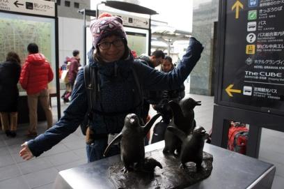 Die Pinguin-Statue vor dem Bahnhof in Kyoto