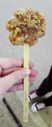 Ein kleines frittiertes Ahorn-Blatt (Das Symbol von Miyajima) mit einer Füllung nach Wahl