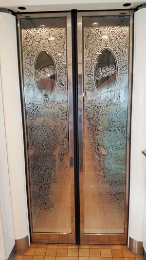 Wunderschön gestaltete Tür im Yufuin no Mori.