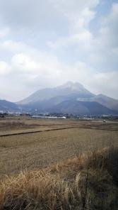 Blick auf den Berg Yufu aus dem Zug Yufuin no Mori.