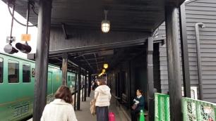 Aus Holz gebauter Bahnhof in Yufuin.
