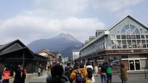 Blick auf den Berg Yufu vom Bahnhof Yufuin.