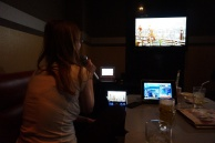 Meine Freundin singt in der Karaoke-Bar